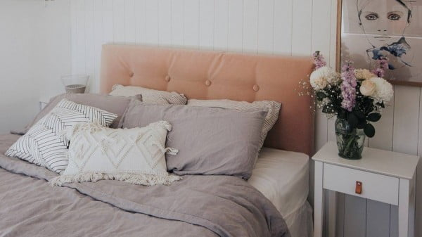 DIY upholstered headboard: A luxe look for less #diy #homedecor #bedroomdecor