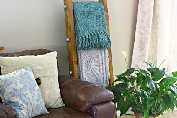 DIY Room Decor, a Rustic Blanket Ladder #DIY #woodworking #storage #organize #homedecor