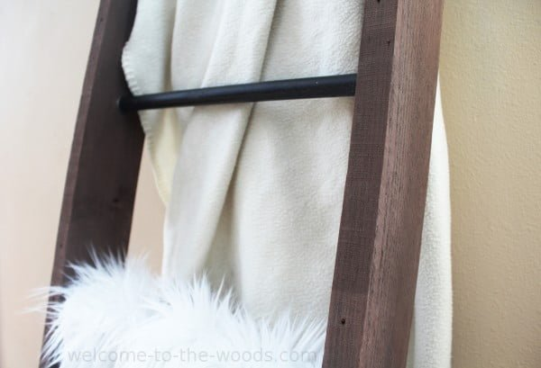Metal and Wood DIY Blanket Ladder #DIY #woodworking #storage #organize #homedecor
