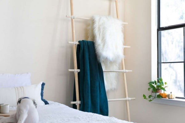 Make This Blanket Ladder In 3 Easy Steps, No Tools Required! #DIY #woodworking #storage #organize #homedecor
