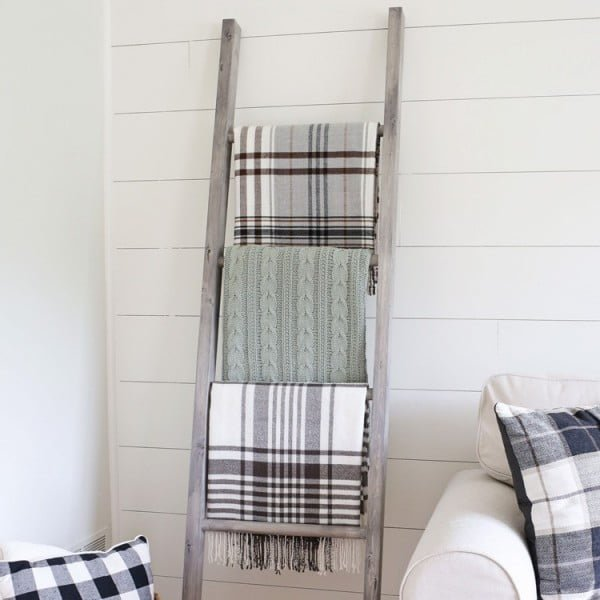 Easy DIY Blanket Ladder #DIY #woodworking #storage #organize #homedecor