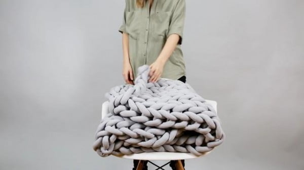 DIY chunky knitted blanket technique is the only thing you need for winter