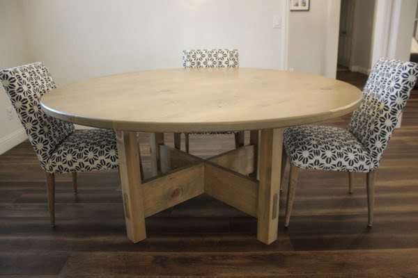 Round & Rustic: The DIY Dining Table To Step-up Your Woodworking Skills #DIY #furniture #homedecor #woodworking