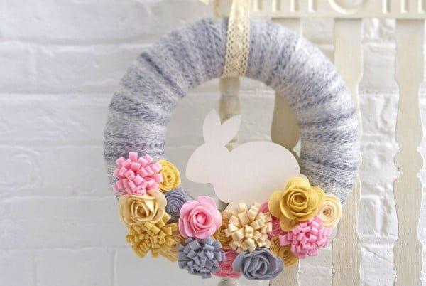 How to Make a Felt Easter Bunny Wreath #easter #easterwreath #wreath #DIY #crafts #homedecor #springdecor