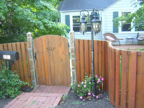 Build a Curved Wooden Fence #DIY #backyard #garden #woodworking
