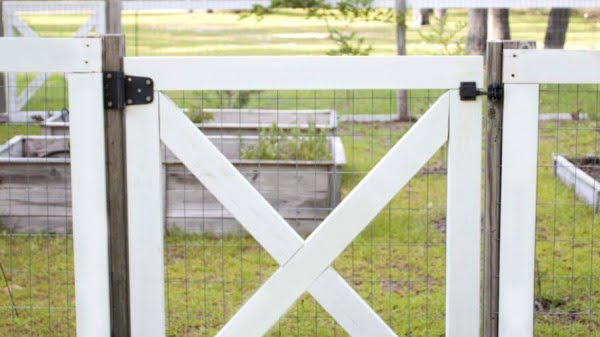 DIY Garden Fence #DIY #backyard #garden #woodworking