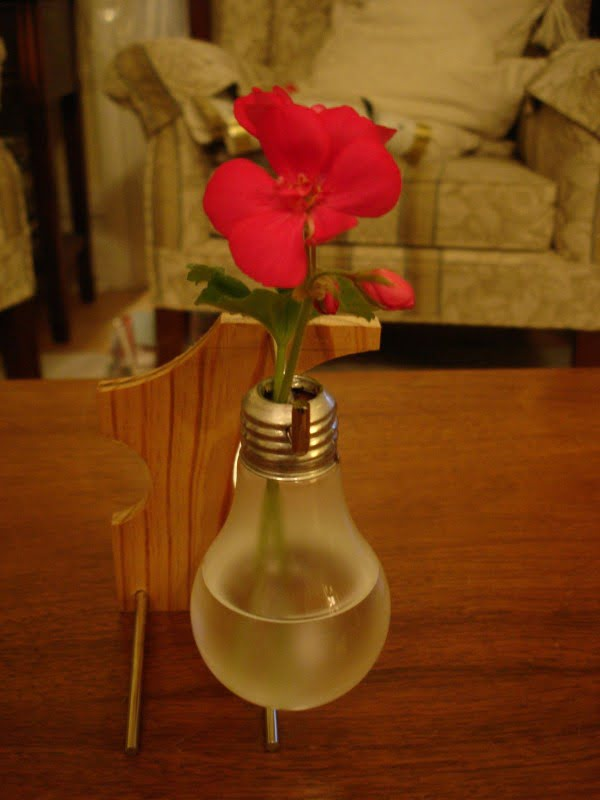 Light Bulb Vase #DIY #homedecor #craft #repurpose