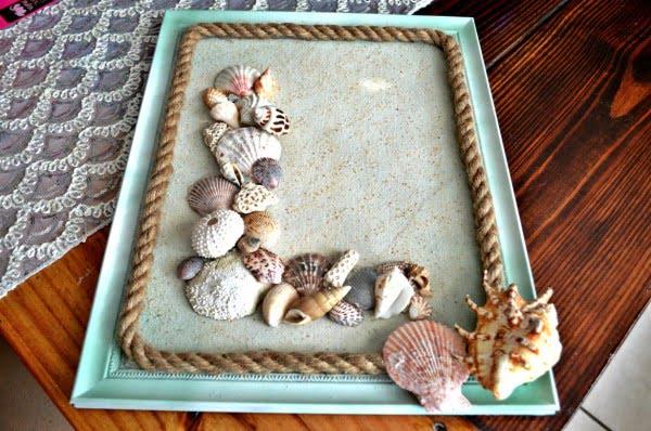 DIY Seashell Monogram Beach Wall Decor #DIY #monogram #homedecor #walldecor