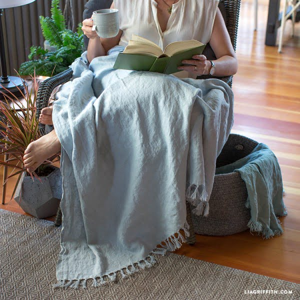 Stay Warm on Summer Nights with This DIY Linen Throw! #DIY #homedecor #crafts