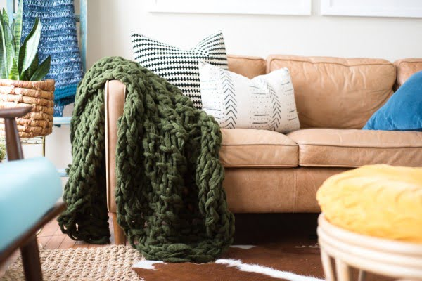 ARM KNIT BLANKET: HOW TO MAKE USING CHUNKY YARN #DIY #homedecor #crafts