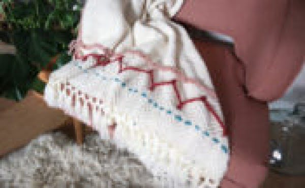 DIY Large-Scale Embroidered Blanket #DIY #homedecor #crafts