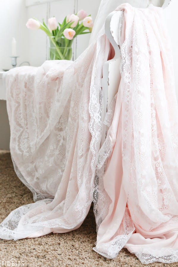 DIY Valentines Lace Throw Blanket #DIY #homedecor #crafts