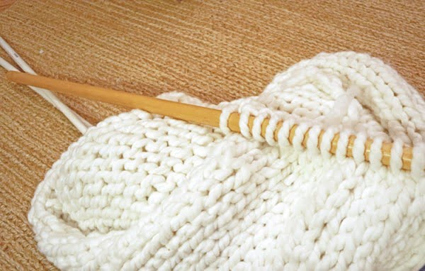 DIY A Thick, Cozy, Chunky Knit Blanket...in one day! • Nourish and Nestle Knit & Crochet Patterns and Tips #DIY #homedecor #crafts