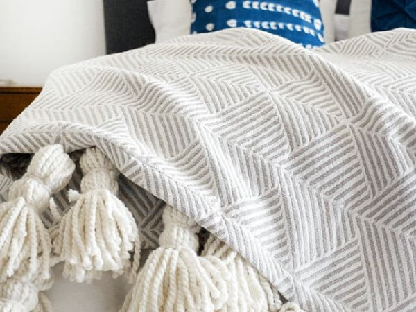 Make Your Own Trendy Tassel Throw Blanket #DIY #homedecor #crafts