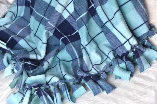How to Make a Fleece Tie Blanket #DIY #homedecor #crafts