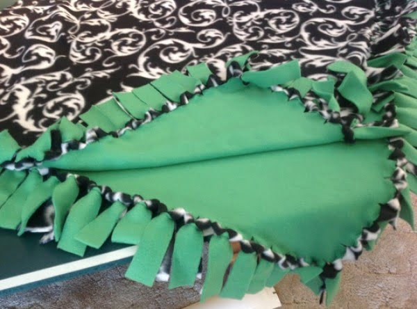How to Make a No Sew Fleece Blanket (W/out Bulky Knots) #DIY #homedecor #crafts