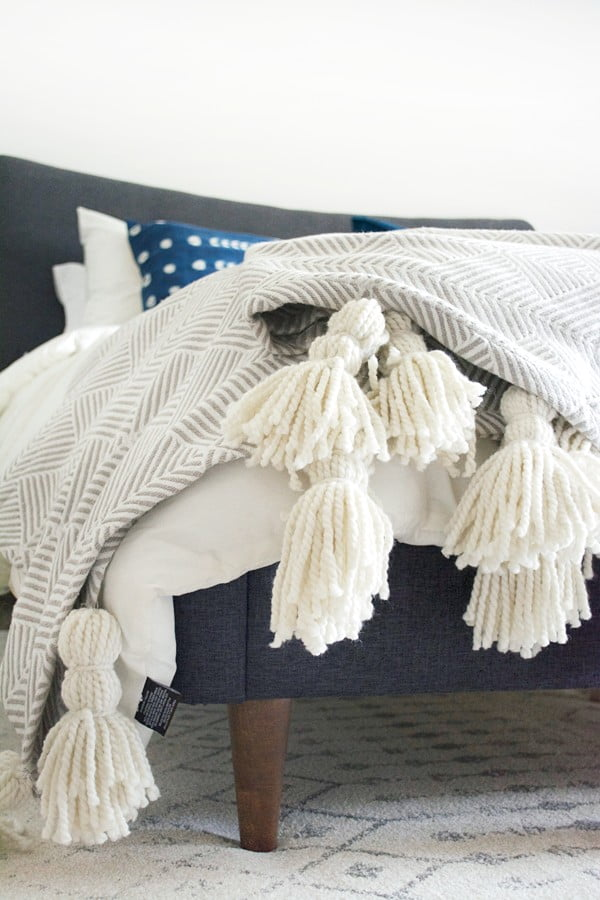 DIY Giant Tassel Throw Blanket #DIY #homedecor #crafts