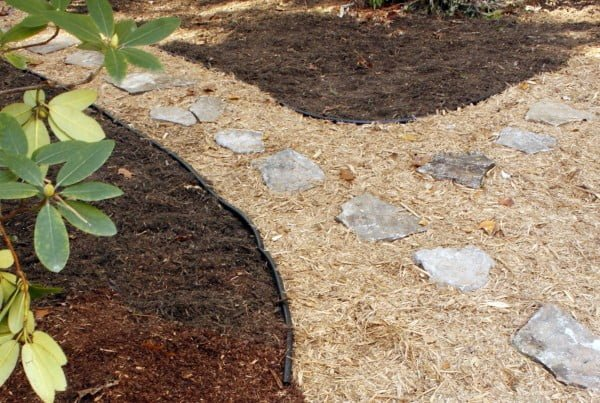 How to Create a Path in Your Yard with Stepping Stones #DIY #outdoor #garden #gardenpath #backyard