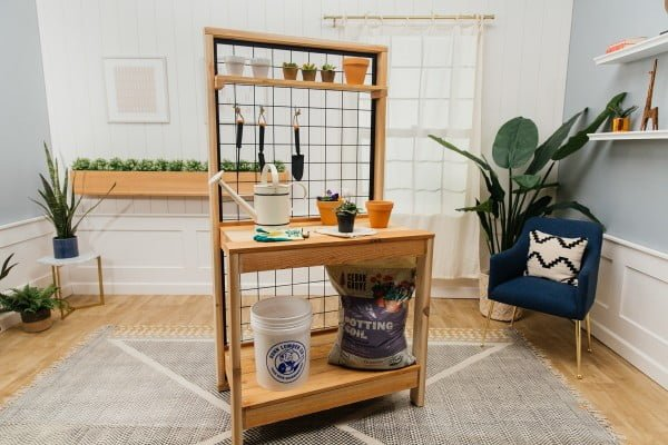 How to Build a DIY Potting Bench #DIY #outdoor #patio #backyard #pottingbench #furniture #woodworking