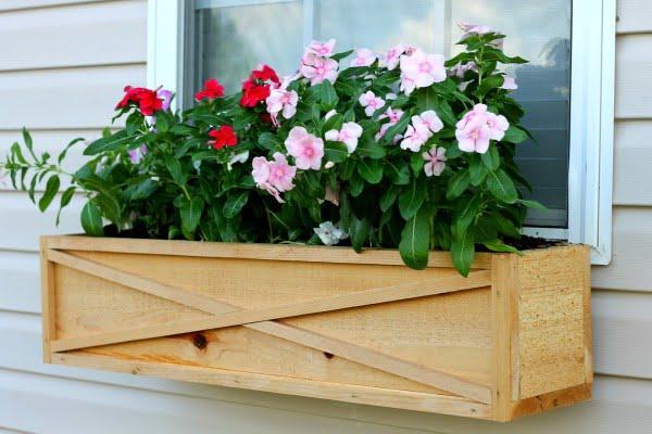 How to Build a Cedar Window Box Planter #DIY #windowbox #planter #gardening