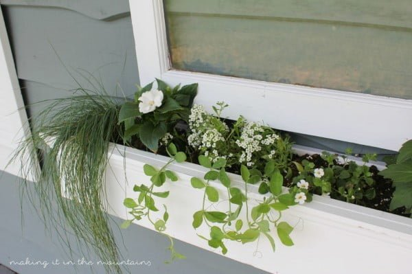 DIY Vintage Window Flower Box #DIY #windowbox #planter #gardening